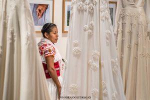 MANOS QUE FLORECEN. Una exhibición de vestidos de novia por Claudia Toffano y artesanas de Cuetzalan, Puebla